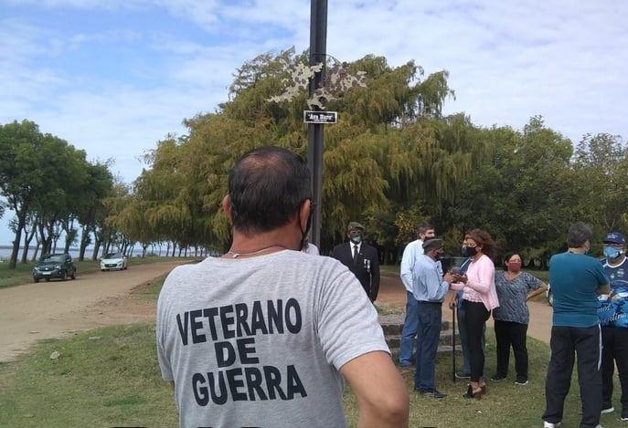En la mañana de hoy en integrantes del Centro de Veteranos de Guerra Avá Ñaró, homenajearon a sus camaradas con una ofrenda floral al pie la Cruz de Hierro de los Caídos ubicada en la Av. Costanera Ricardo Sagarzazu.